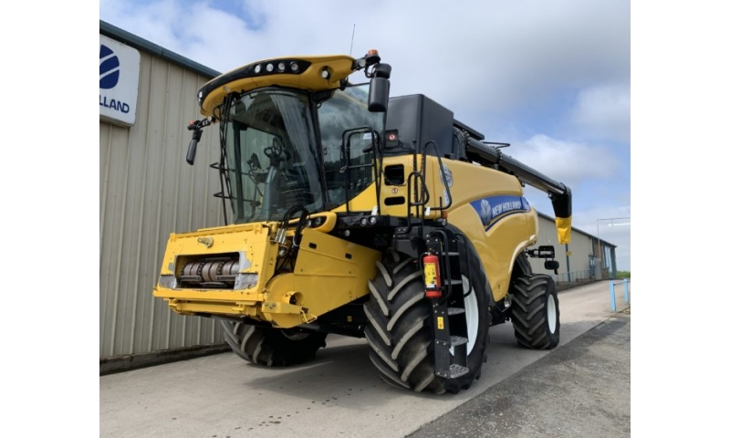 New Holland CR8.90 Combine