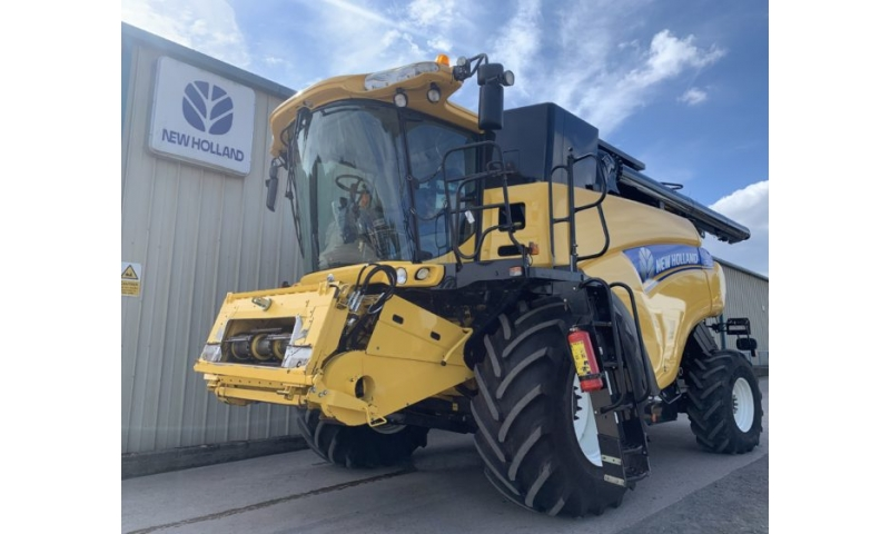 New Holland CR9070 Combine